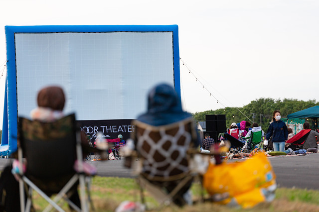 観賞用の椅子などを持ち込み野外シネマを見る美唄の人たちの写真