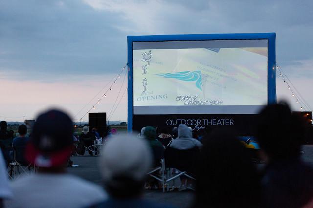 日が落ちてから上映がはじまる野外シネマの写真