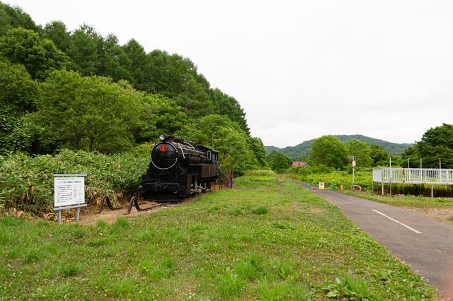 東明駅に保存されている4110形式十輪連結タンク機関車2号の写真