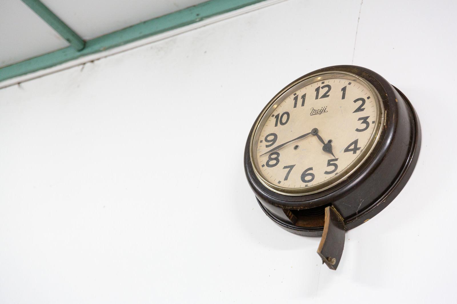 「東明駅の壁にかけられた古い丸時計」の写真