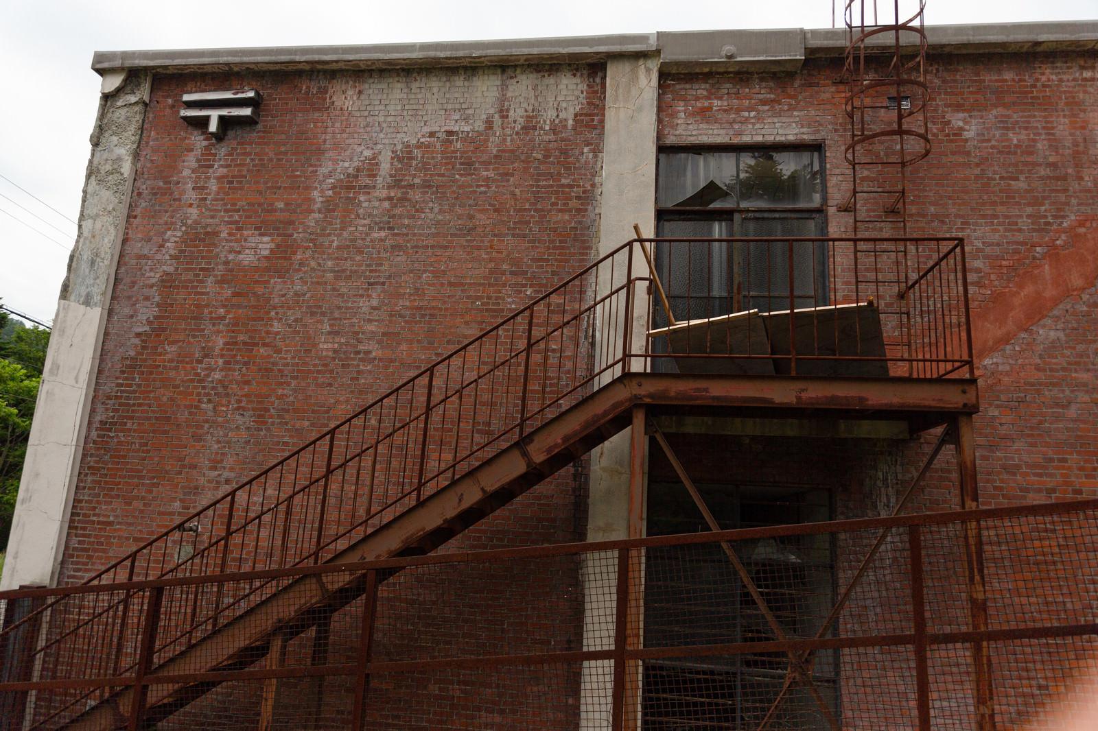 「我路郵便局の錆びた階段と崩れる外壁(一時閉鎖)」の写真