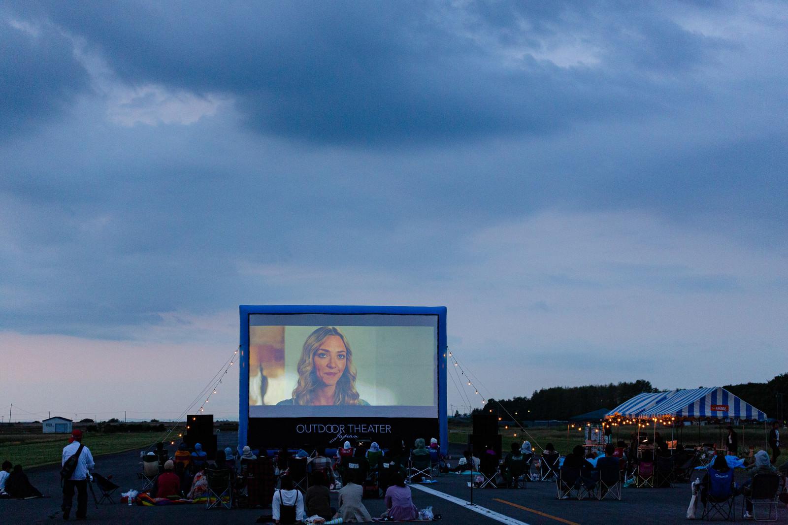 「美唄(びばい)市で野外シネマの上映イベントの様子」の写真