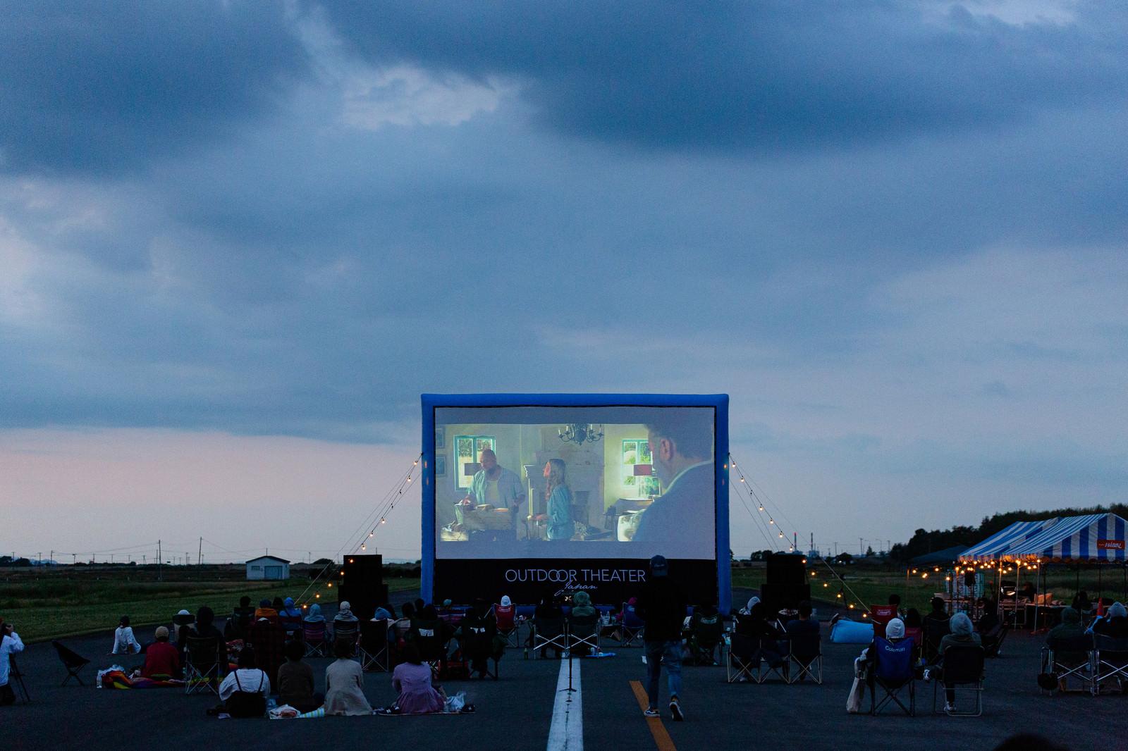 「美唄市の滑走路で移動式映画館を上映」の写真