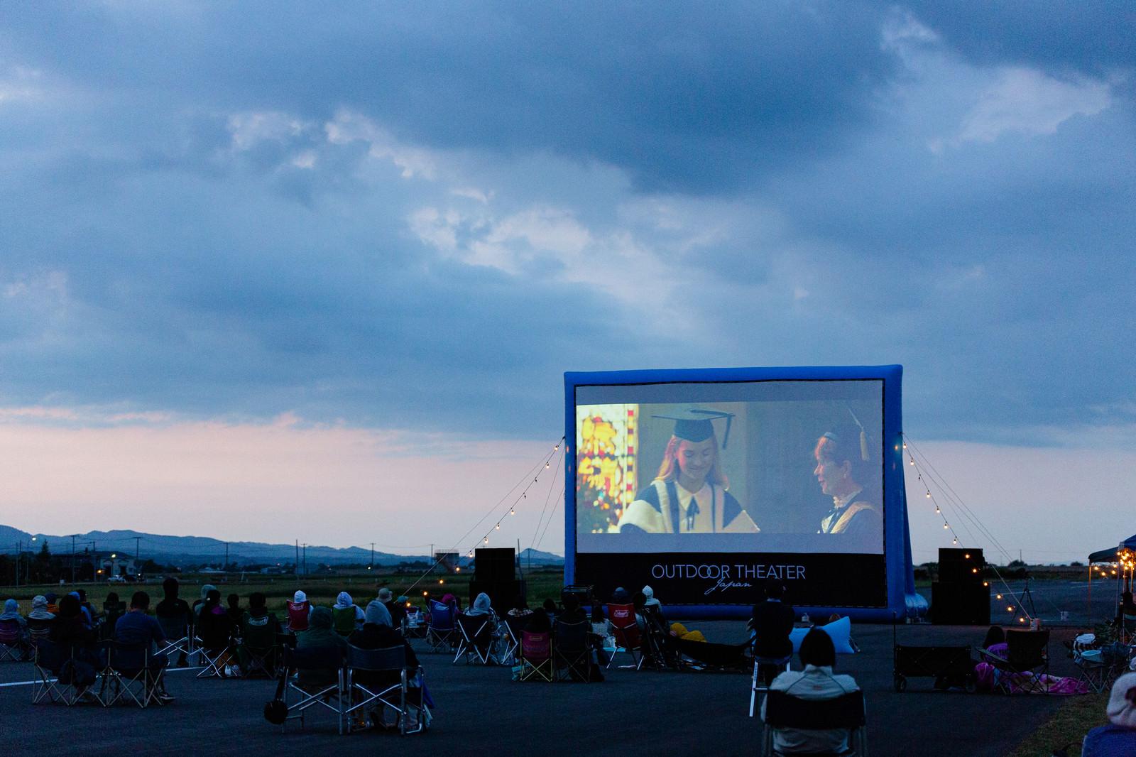 「巨大スクリーンで映画を上映」の写真
