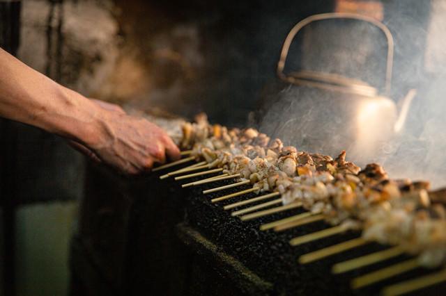鳥串を焼く職人の写真