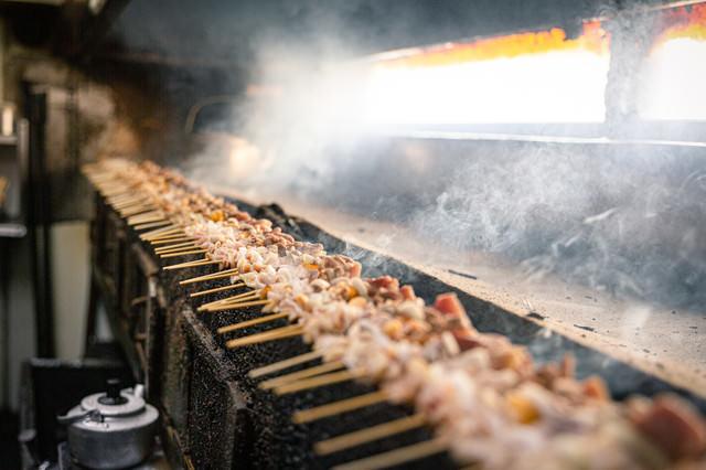 炭火でジューシーに焼き上げる美唄焼き鳥の様子の写真