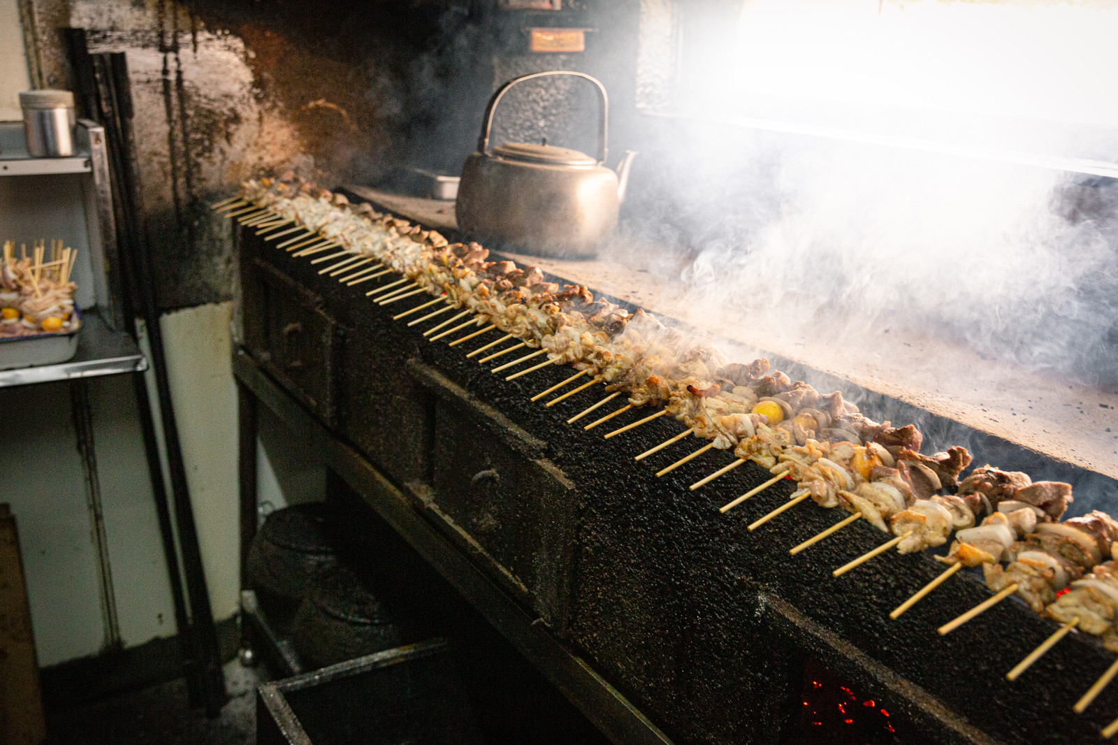 「炭火台にずらりと並んだ美唄焼き鳥」の写真