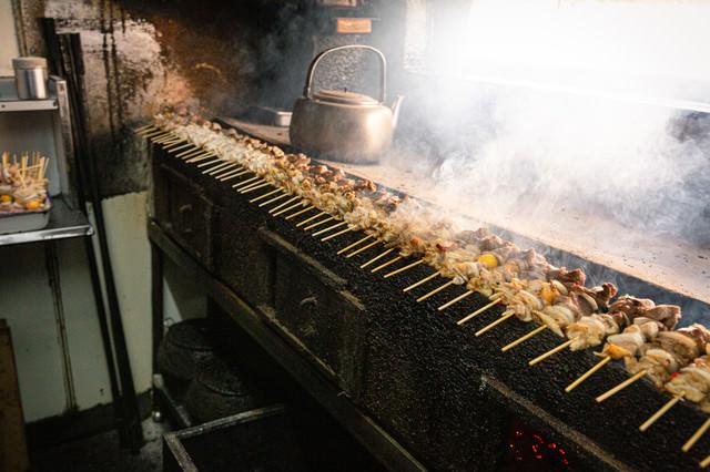 炭火台にずらりと並んだ美唄焼き鳥の写真