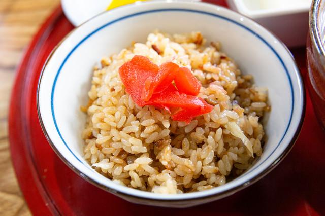 紅生姜がのった鶏めしの写真