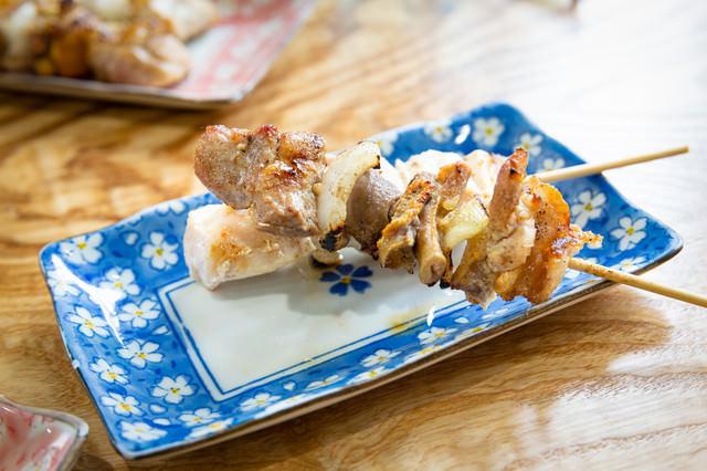 鶏の部位がミックスされた「美唄焼き鳥」の写真