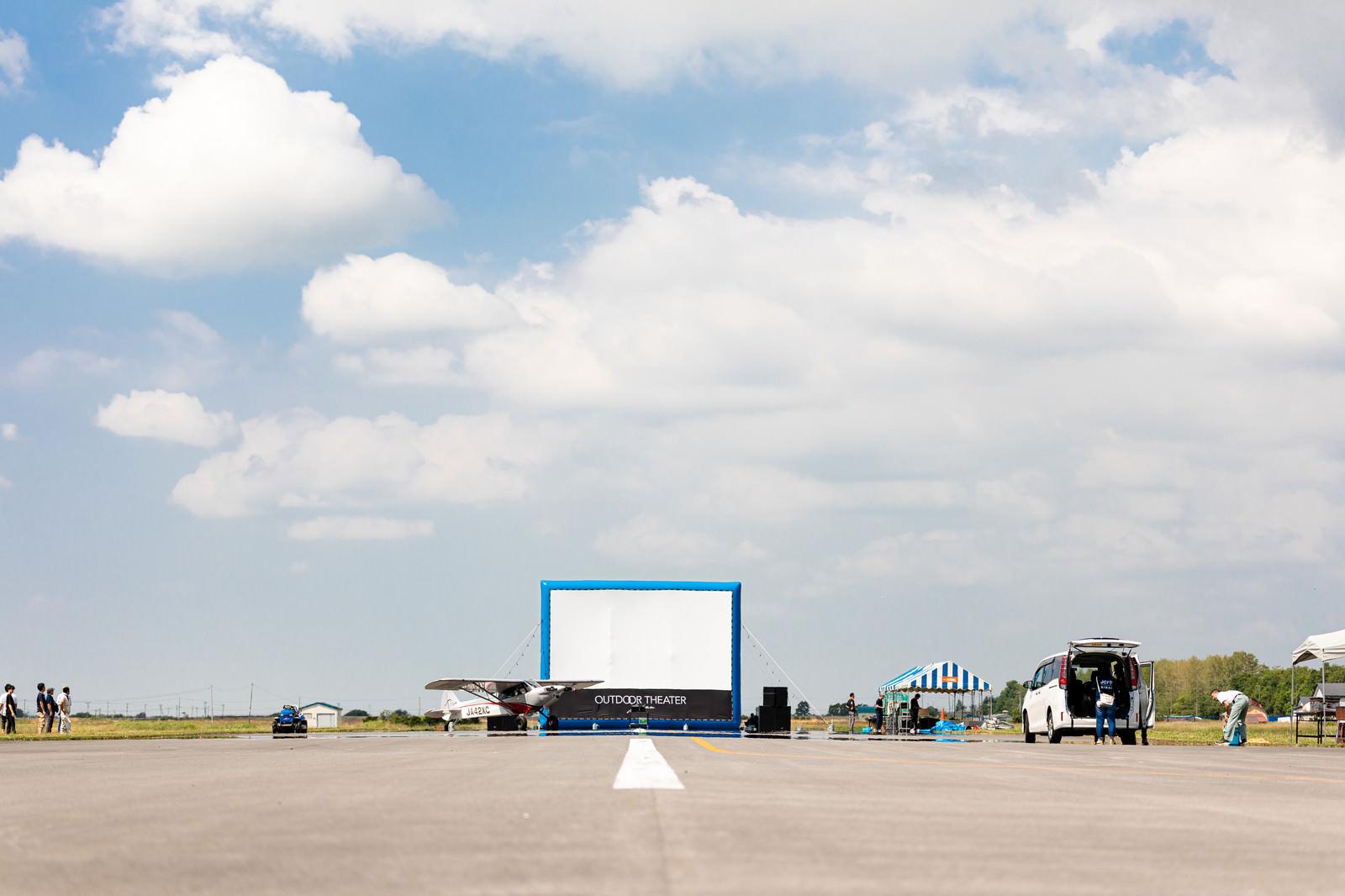 「美唄市農道離着陸場で開催された野外シネマの巨大スクリーン」の写真