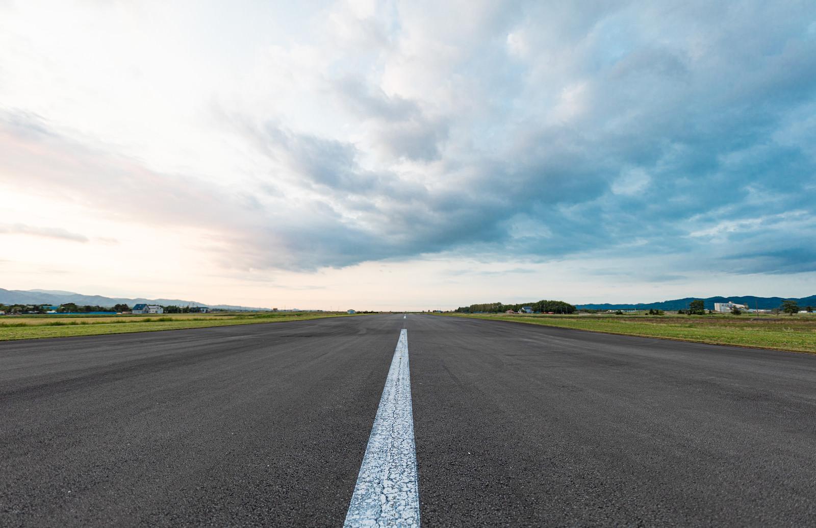 「一直線に伸びた滑走路上からの撮影」の写真