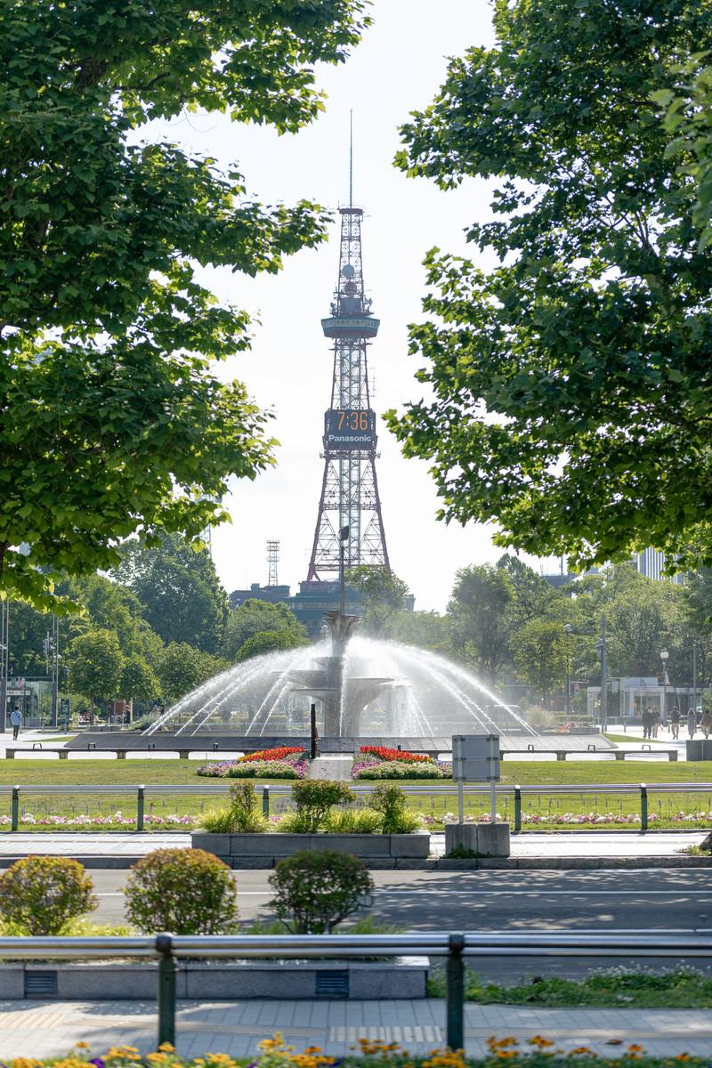 「大通公園の噴水とさっぽろテレビ塔(北海道札幌市中央区)」の写真