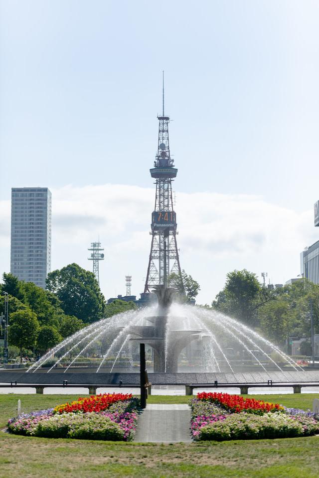 噴水越しのさっぽろテレビ塔(大通公園)の写真