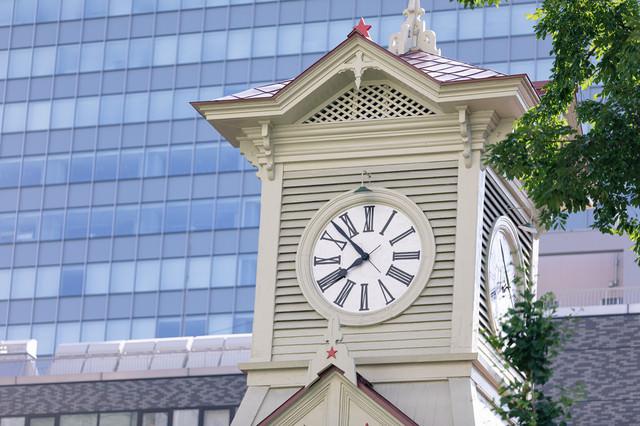 時刻をしめす札幌市時計台(旧札幌農学校演舞場)の写真
