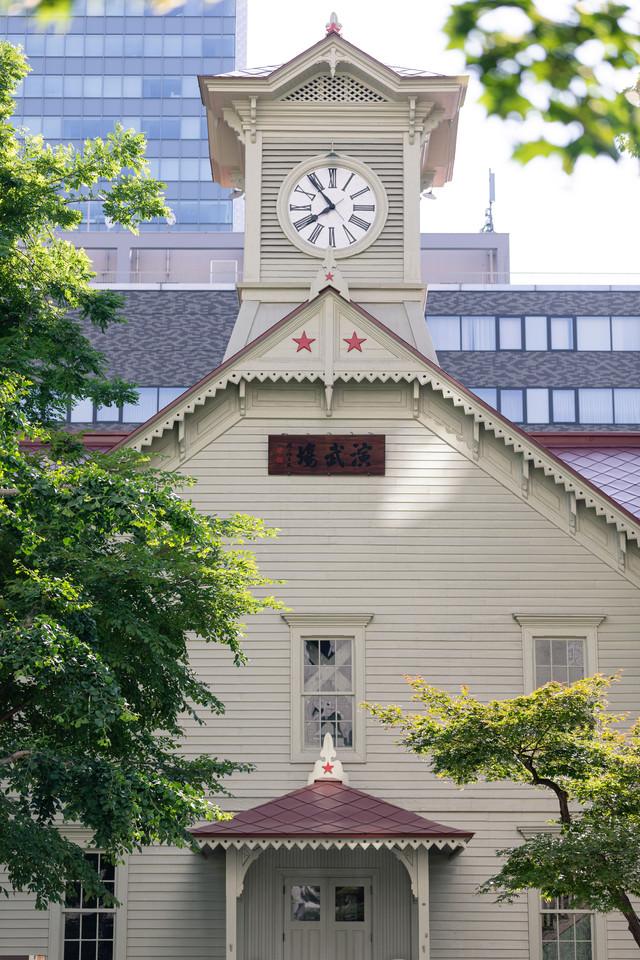 札幌市時計台の正面(旧札幌農学校演舞場)の写真
