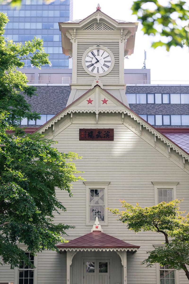 「札幌市時計台の正面(旧札幌農学校演舞場)」の写真