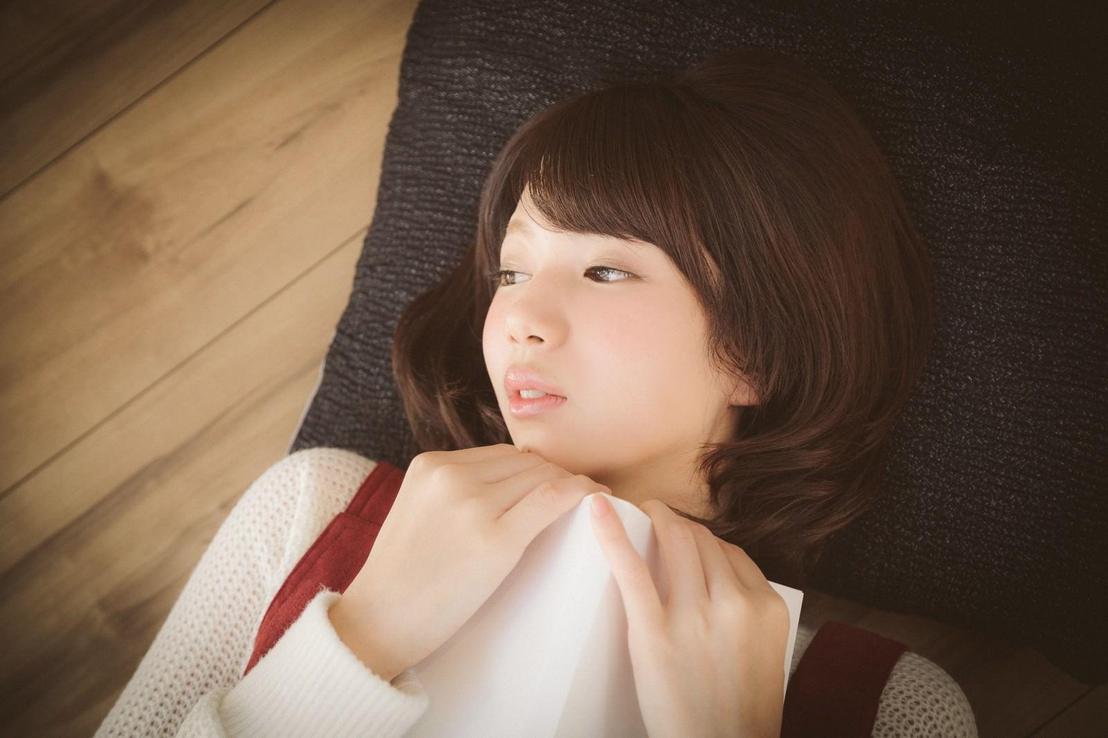 「恋愛マンガで感傷に浸る美少女」の写真[モデル:みき。]