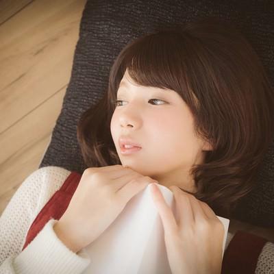 「恋愛マンガで感傷に浸る美少女」の写真素材