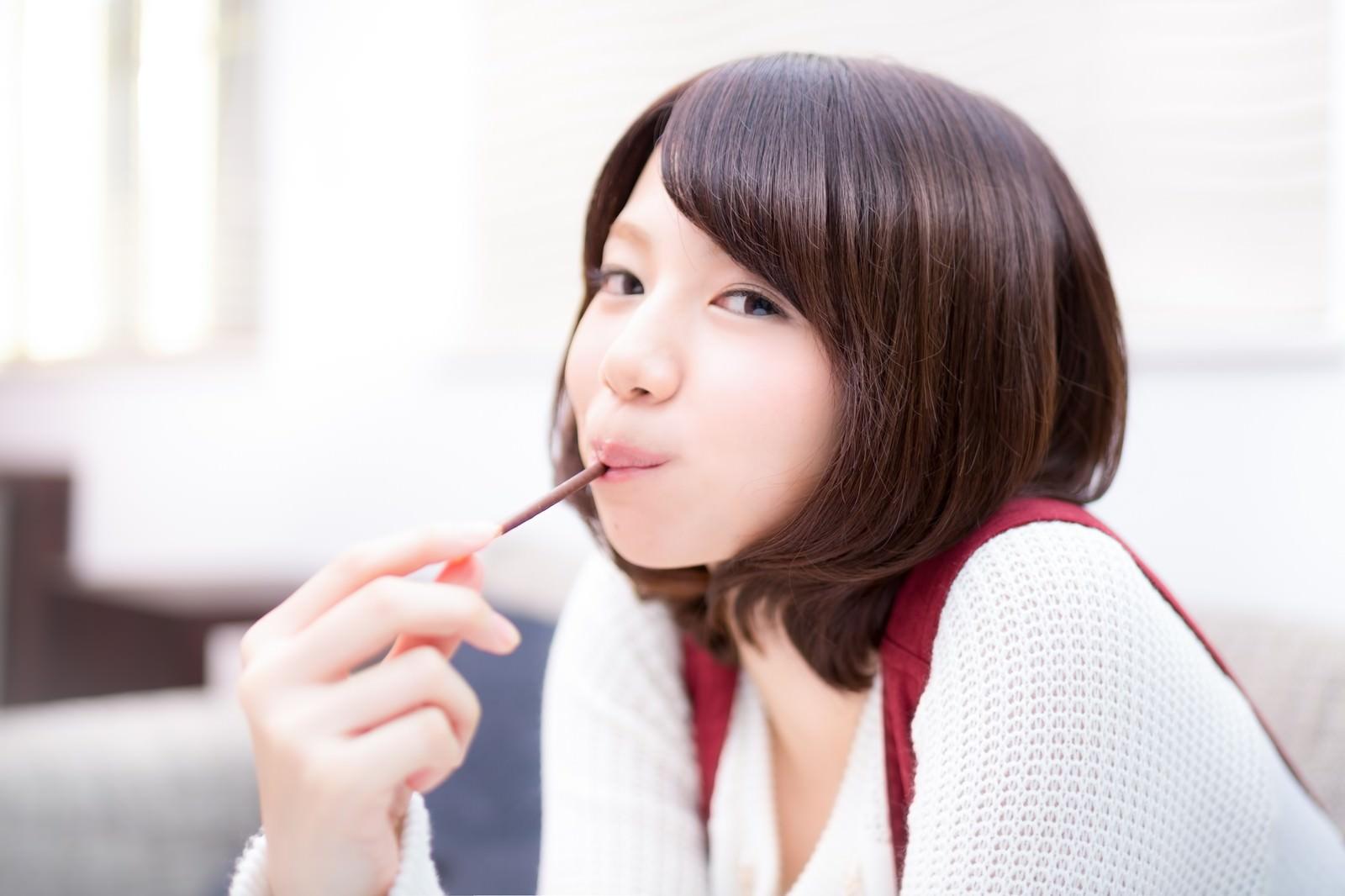 「大好きなおやつを食べる美少女大好きなおやつを食べる美少女」[モデル:みき。]のフリー写真素材を拡大