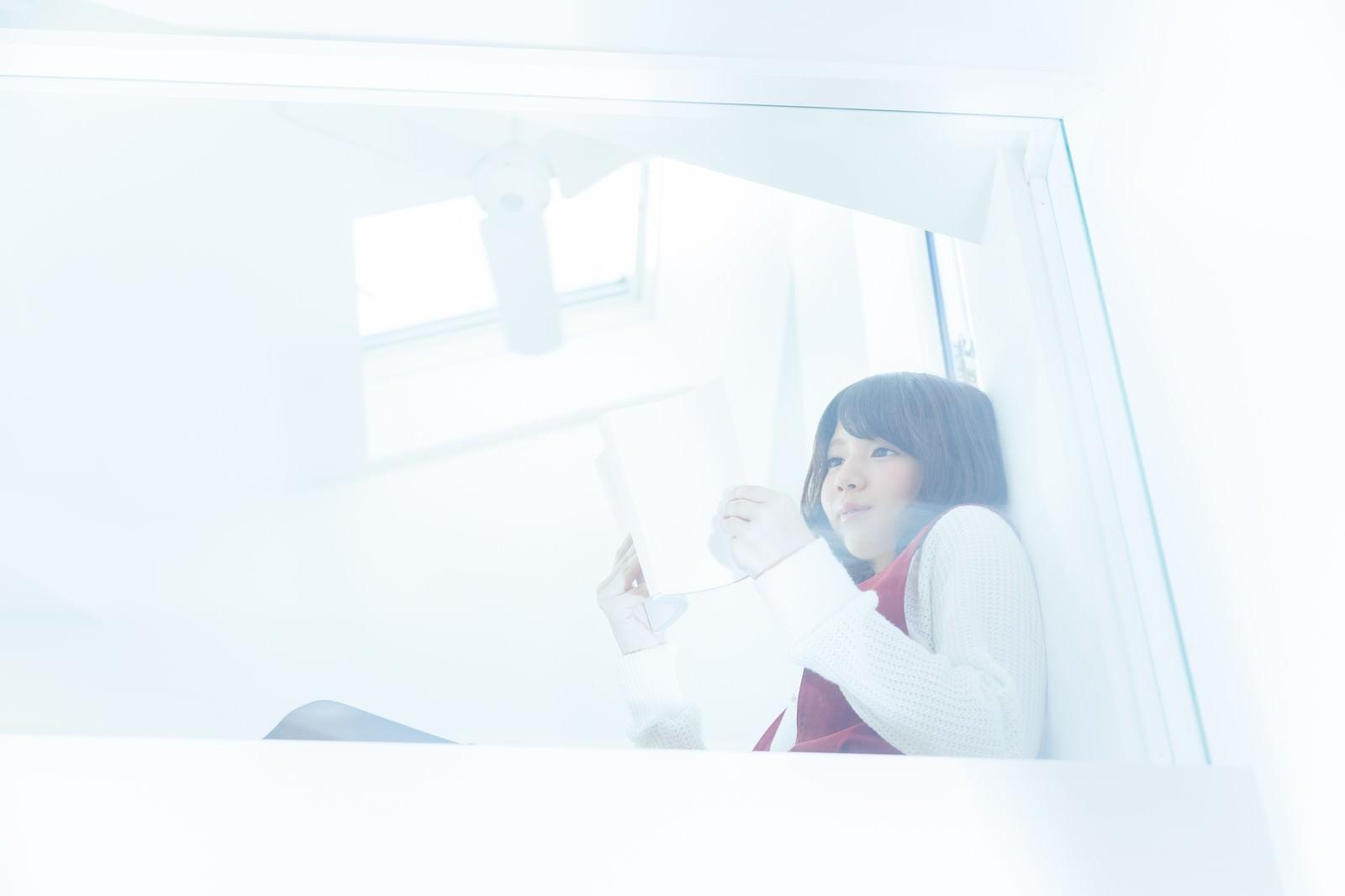 「ロフトでくつろぐ読書美女」の写真[モデル:みき。]