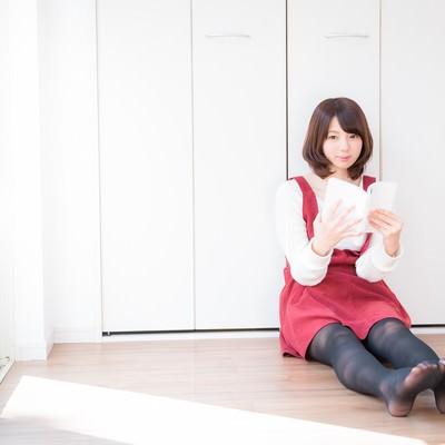 「両足を伸ばして休日を満喫する若い女性」の写真素材