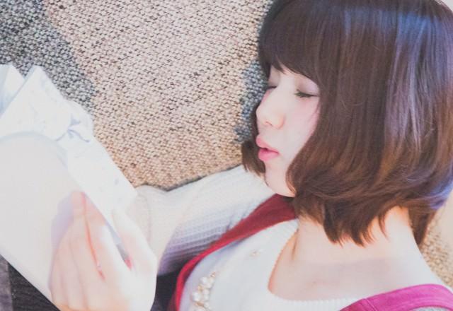 Zzzz (マンガを読みながら寝落ちする彼女)の写真