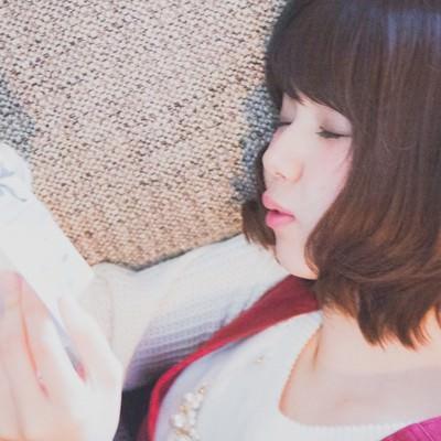 「Zzzz (マンガを読みながら寝落ちする彼女)」の写真素材