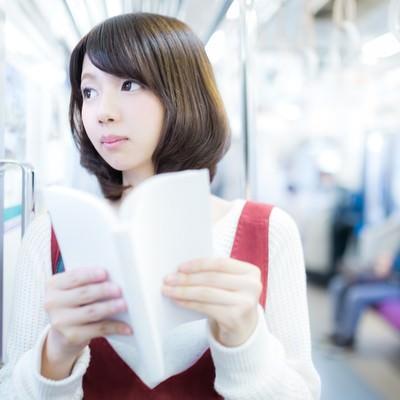 「目的の駅までマンガを読む美少女」の写真素材