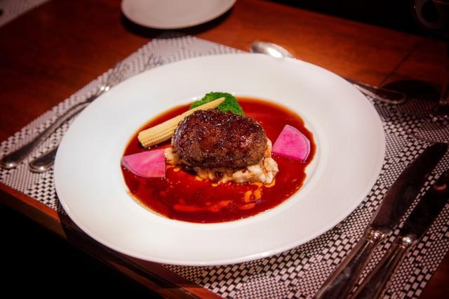 フレンチレストランのフォアグラハンバーグの写真
