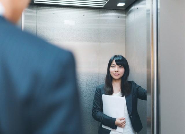 「何階ですか?」と来客に尋ねる気が利く社員の写真