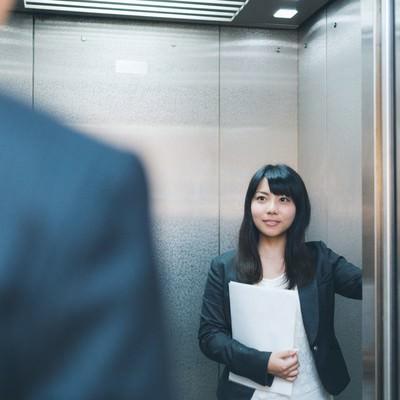 「「何階ですか?」と来客に尋ねる気が利く社員」の写真素材