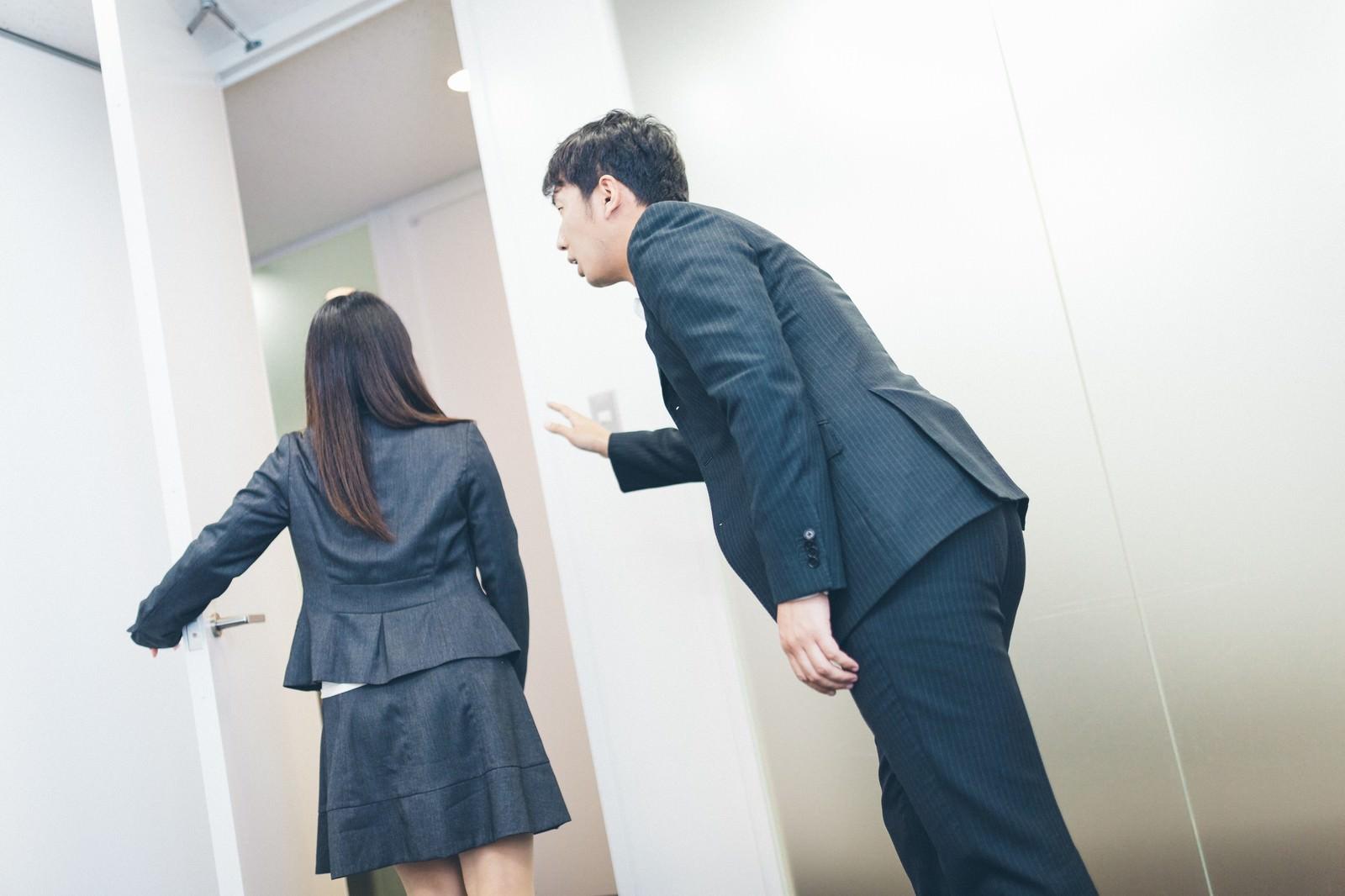 「誰もいない会議室で告白をするも見事フラれる玉砕系男子」の写真[モデル:大川竜弥 Lala]
