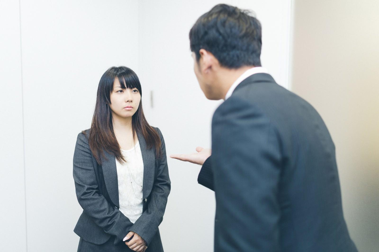 「「お金を貸してください」と言われ冷たい目をする女性社員」の写真[モデル:大川竜弥 Lala]