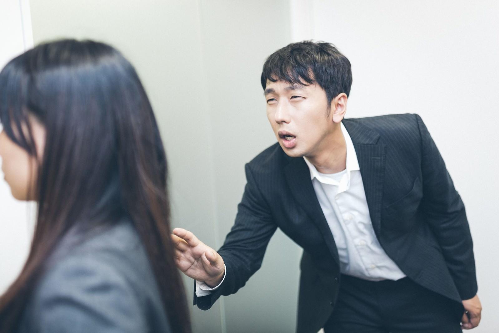「「ちょ、待てよ!」と部下を呼び止める木村部長」の写真[モデル:大川竜弥 Lala]