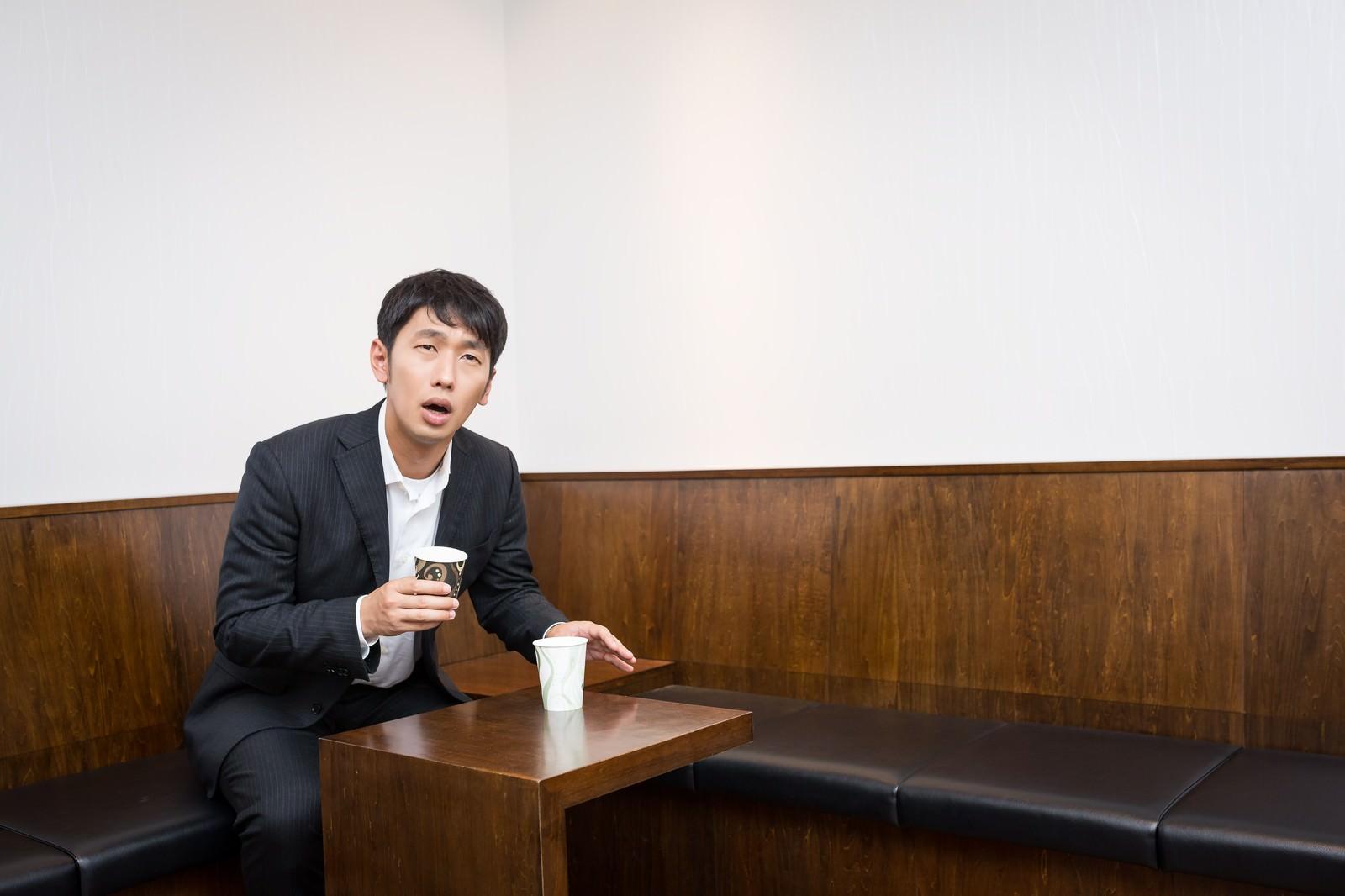 「健康診断で尿がなかなか出ず困惑する男性」の写真[モデル:大川竜弥]