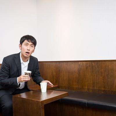 「健康診断で尿がなかなか出ず困惑する男性」の写真素材