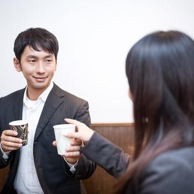 「部下に飲み物をご馳走する気前のいい上司」の写真素材