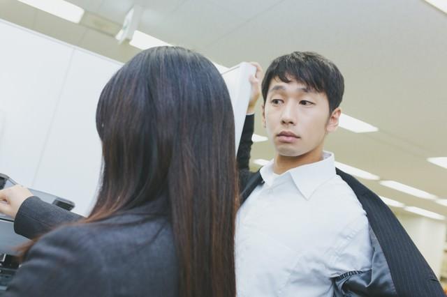 ジャケットアクションを披露するも華麗にスルーされる社内の要注意人物の写真