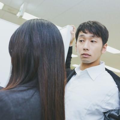 「ジャケットアクションを披露するも華麗にスルーされる社内の要注意人物」の写真素材