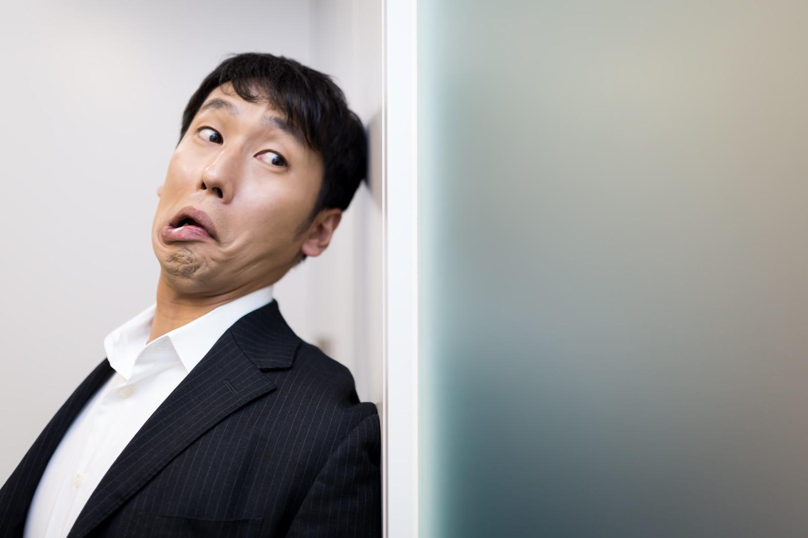 「尾行がバレそうになる迷探偵」の写真[モデル:大川竜弥]