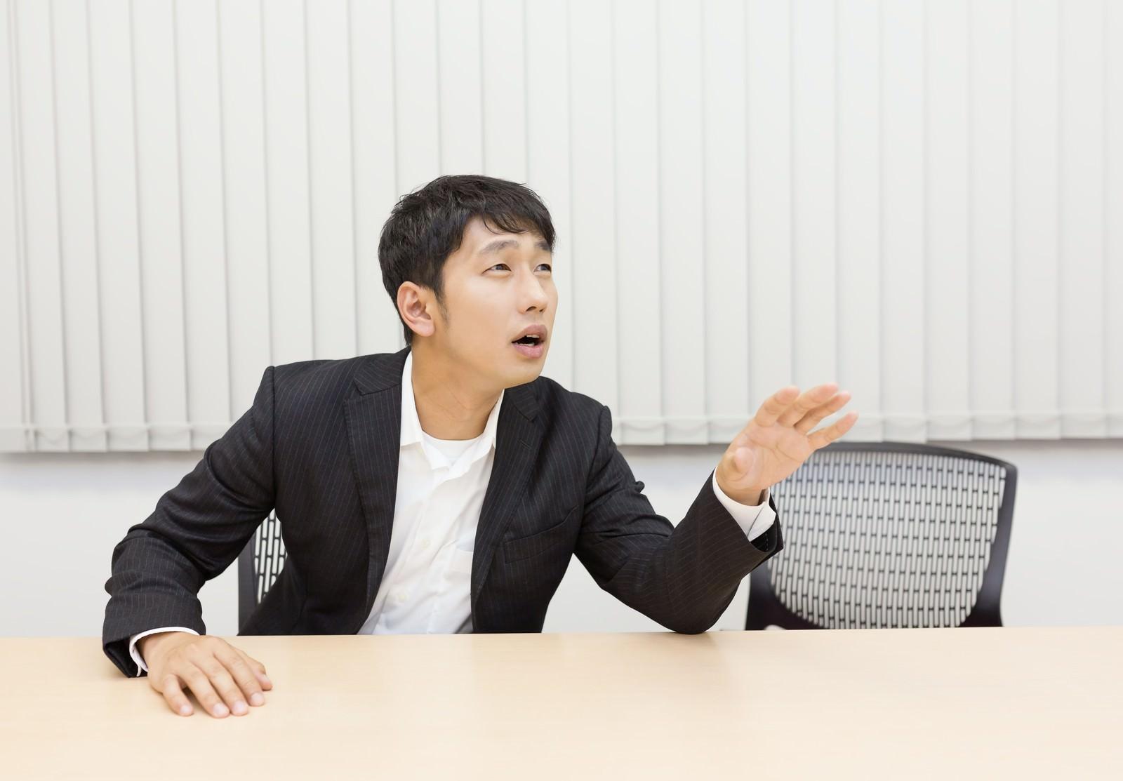 「会議中なかなか意見が言えない小心者」の写真[モデル:大川竜弥]