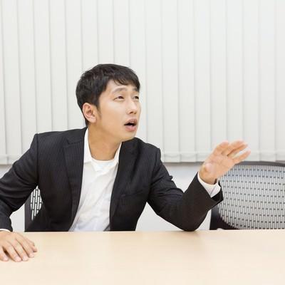 「会議中なかなか意見が言えない小心者」の写真素材