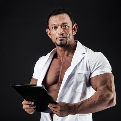 「急患の診察でインナーを忘れてしまった医師」の写真素材