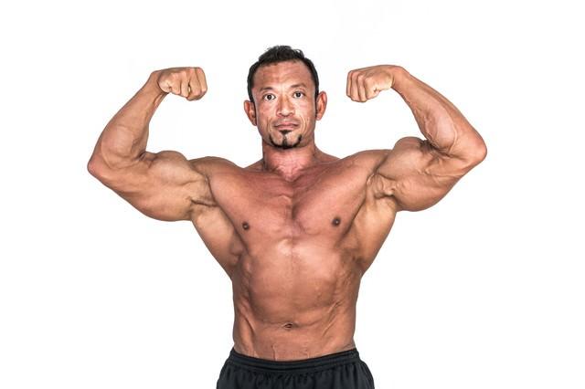 上腕二頭筋の力強さをアピールする筋肉質の写真