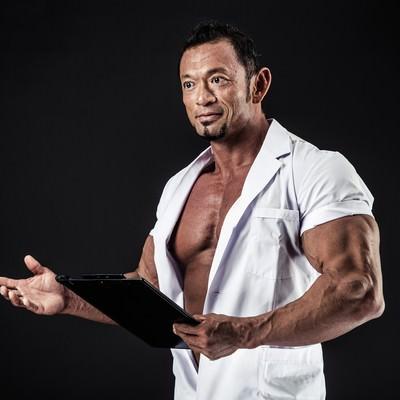 見るからに健康体のドクターの写真