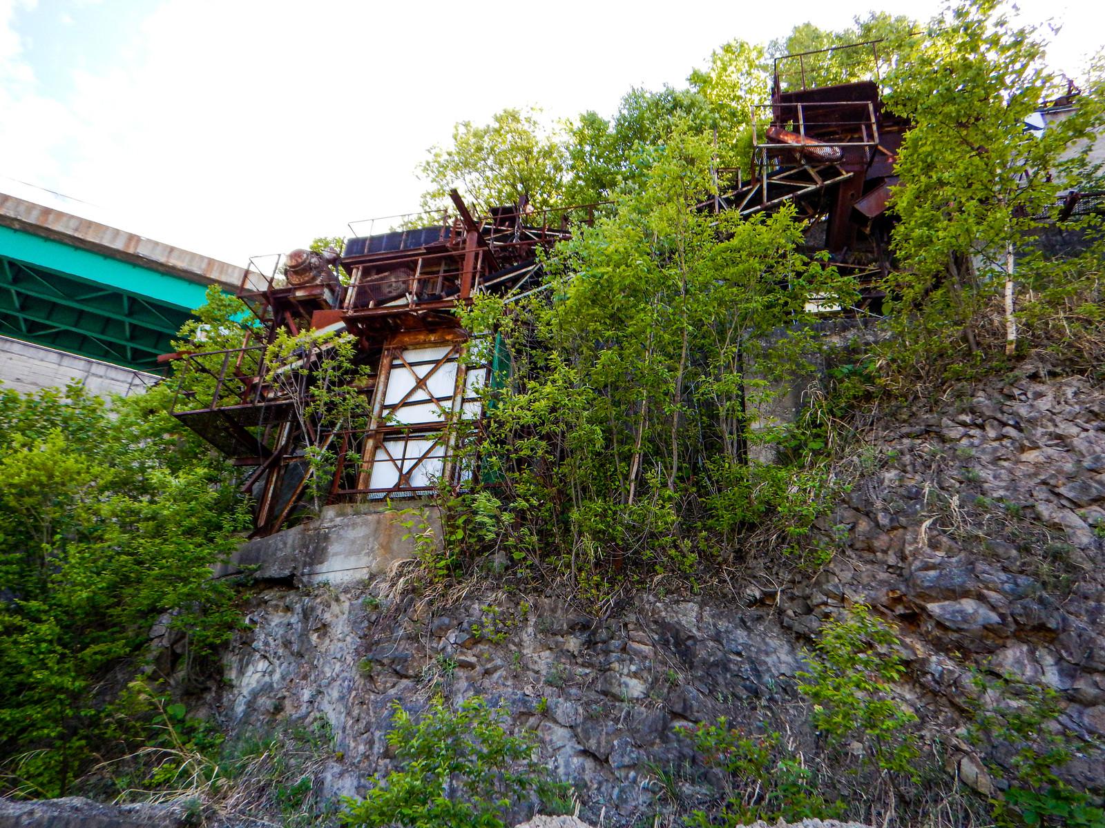 「草木が生い茂る北海道の廃採石場」の写真