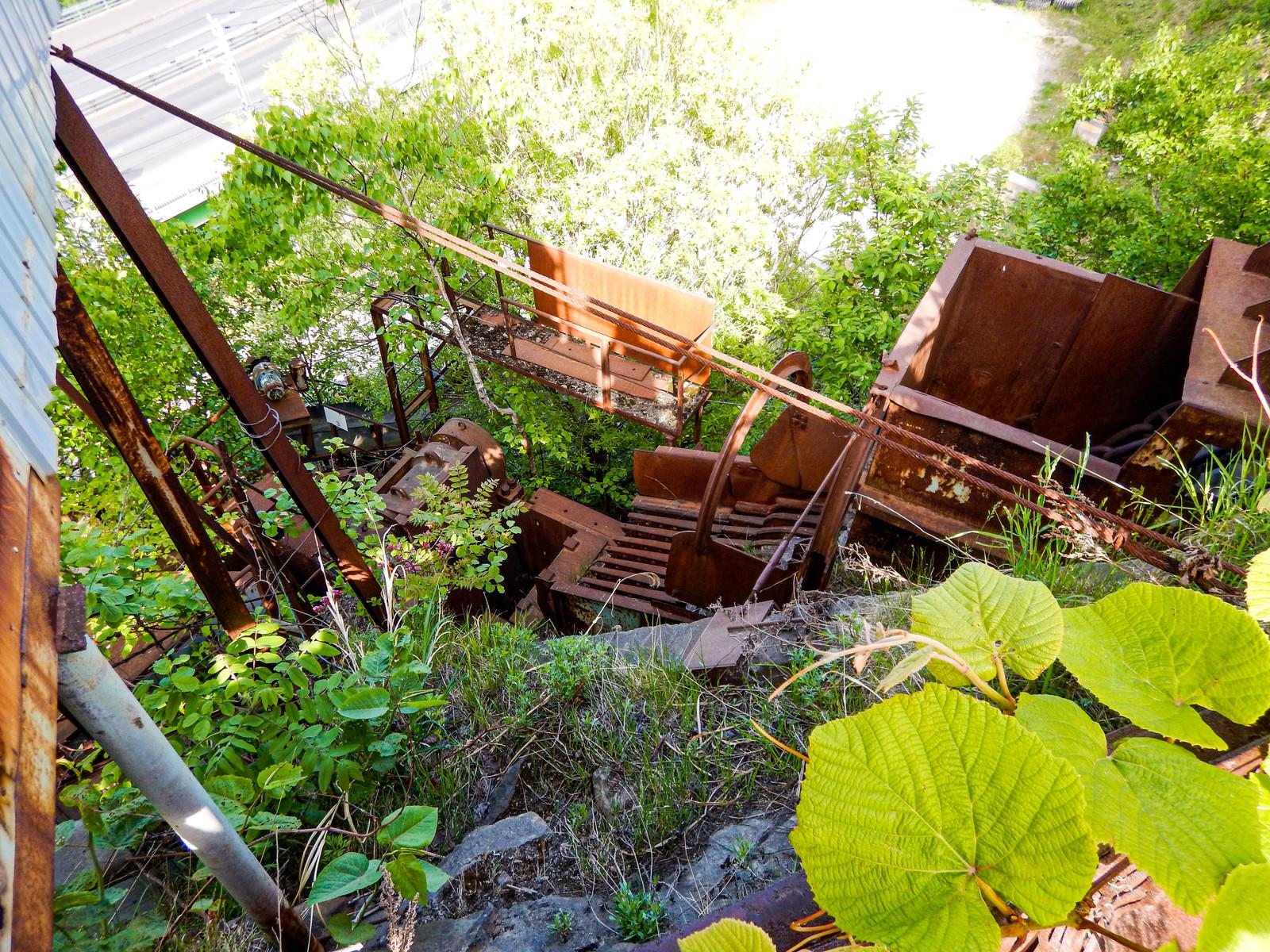 「北海道の廃採石場にある錆付いた設備」の写真