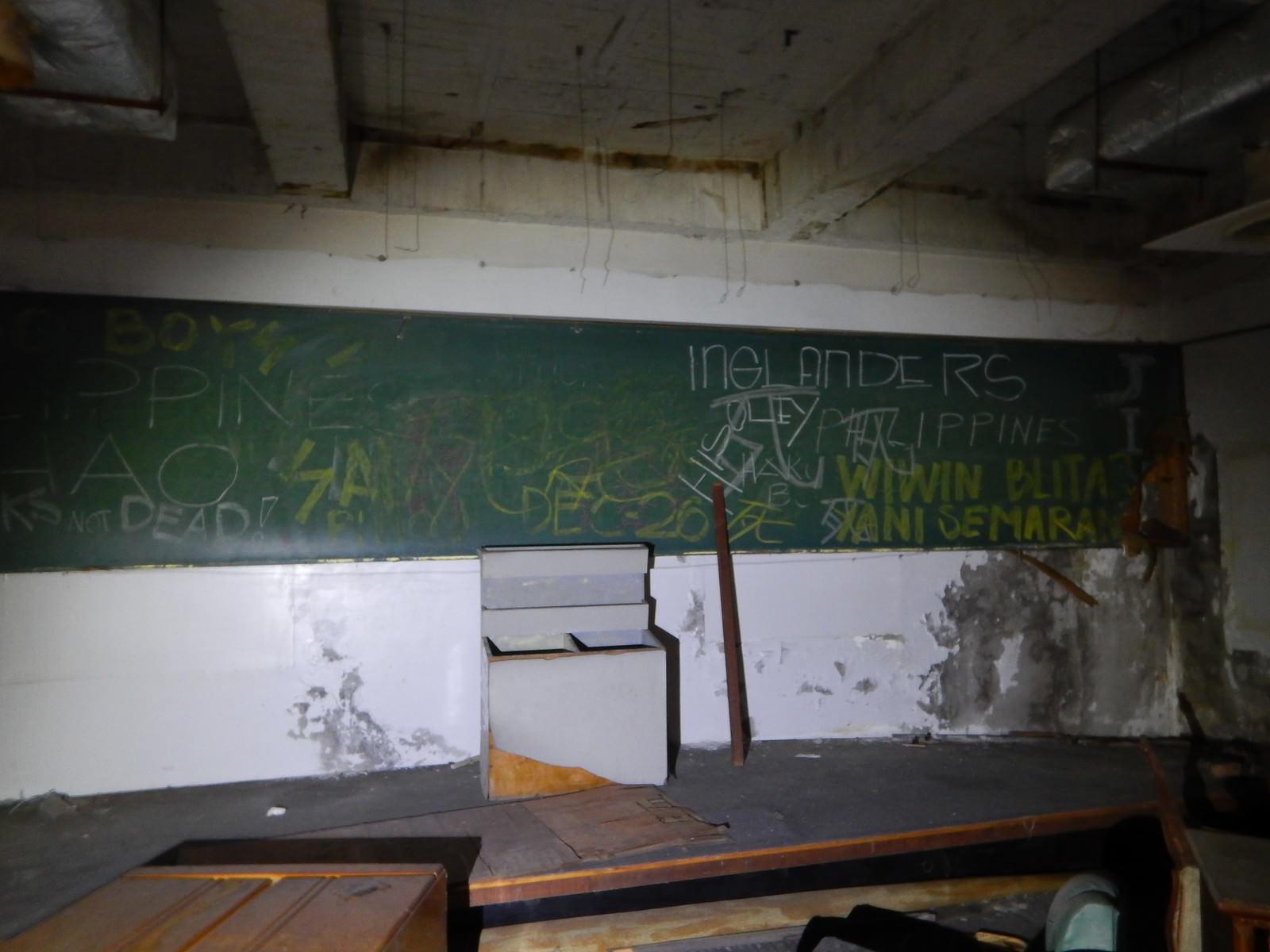 「落書きされた廃校の黒板(台湾学習塾跡)」の写真