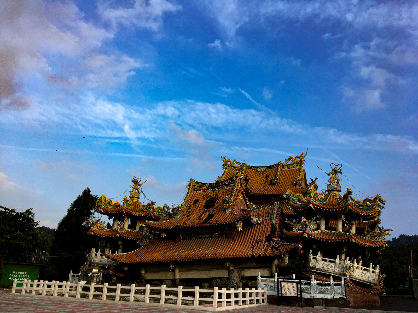 「地震で崩壊した寺院(台湾)」の写真